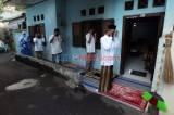 Berjamaah dengan Tetangga Satu Gang, Warga Cipulir Khusuk Salat Idul Fitri