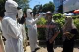 Pemeriksaan Suhu Tubuh Peziarah di TPU Karet Bivak