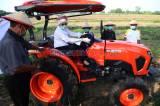 Dukung Produksi Pertanian, Indah Kurnia Serahkan Traktor Sawah Pada Petani di Sidoarjo