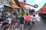 Ekskavator Terguling Hantam JPO Kampung Melayu