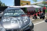 Pengemudi Taksi Online Gelar Aksi Mogok Makan di Kantor PT GI Semarang
