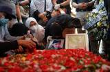 Isak Tangis Keluarga Pecah di Pemakaman Pramugari Nam Air Isti Yudha Prastika