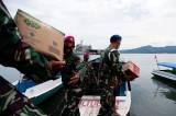 TNI Distribusikan Sembako ke Pengungsian di Perbukitan Pulau Karampuang Mamuju
