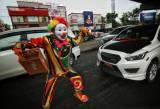 Relawan Berkostum Badut Galang Dana untuk Korban Gempa Majene