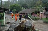 Petugas SAR Bersihkan Lumpur Sisa Banjir Bandang di Gunung Mas