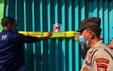 Melanggar PPKM, Tempat Karaoke di Surabaya Disegel Satgas COVID-19