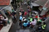 Air PDAM Mati, Warga Surabaya Mengantre Air Bersih dari Mobil Tangki