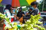 Kembali Ramai Peziarah, Pedagang Bunga Tabur TPU Karet Bivak Kebanjiran Pembeli