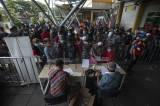 Antrean Panjang Penumpang Saat Ikuti Tes Genose di Pelabuhan Tanjung Priok