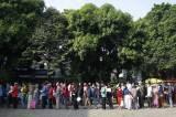 Antrean Panjang Warga Tangerang Demi Mendapatkan BST