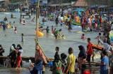 Meski Dilarang, Warga Tetap Kunjungi Pantai Karangsong