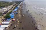 Libur Akhir Pekan Lebaran, Pantai Tanjung Pakis Karawang Ramai Dikunjungi Wisatawan