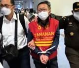 Tangan Diikat dan Berbaju Tahanan, Buronan Adelin Lis Tiba di Indonesia