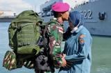 Tinggalkan Keluarga Demi Tugas Negara, Prajurit Marinir Kecup Kening Istri Sebelum Berangkat ke Ambalat