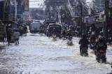 Banjir Rendam Ruas Jalan Mampang Depok