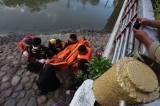 Evakuasi Anak Tenggelam di Sungai Kalimas