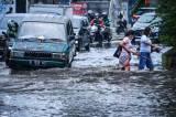 Hujan Deras Sebabkan Ruas Jalan di Kawasan Palmerah Tergenang Air