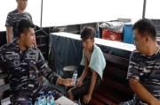KRI Sembilang Selamatkan Pelajar SMP Terapung 3 Jam di Laut