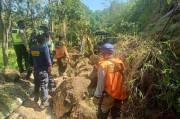 Jalan Tertimbun Tanah Longsor dan Batu Besar, Jalur Pagar Alam-Lahat Macet 3 Km