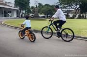 Jokowi Ditemani Jan Ethes Bersepeda: Rasanya Baru Kemarin Saya Timang-timang
