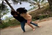 2 Gadis Duel Brutal di Pinggir Jalan Gara-gara Rebutan Pacar