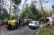 Tak Kuat di Jalan Menanjak, Truk Sampah Lari Mundur dan Terguling
