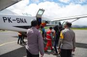 Diteror KKB, Evakuasi 17 Warga Distrik Kiwirok dengan Pesawat Dikawal Satgas Nemangkawi