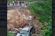 Minibus Terjun ke Lubang Jalan Longsor, 2 Penumpang Luka-luka