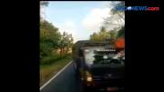 Sebuah Truk Hambat Perjalanan Konvoi Mobil Taktis TNI