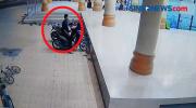 Pura-Pura Salat, Seorang Pria Terekam CCTV Curi Sepeda Motor di Masjid