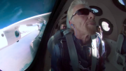 Detik-Detik Richard Branson Terbang ke Luar Angkasa