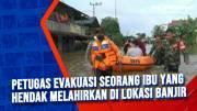 Petugas Evakuasi Seorang Ibu yang Hendak Melahirkan di Lokasi Banjir