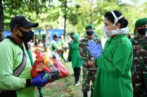 Hetty Andika Perkasa Bagikan Sembako untuk Petugas TPU Pondok Ranggon