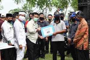 Sambangi Karawang, SYL Panen Padi dan Serahkan Bantuan
