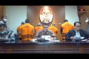 Komisi Pemberantasan Korupsi menetapkan Bupati Kutai Timur (Kutim), Kalimantan Timur, Ismunandar beserta istrinya, Encek UR Firgasih yang menjabat Ketua DPRD Kutim.