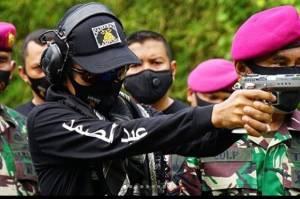 Ustaz Abdul Somad Coba Senjata di Markas Marinir, Netizen: Enemy Down!