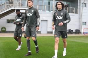Man United Siapkan Cavani Hadapi PSG