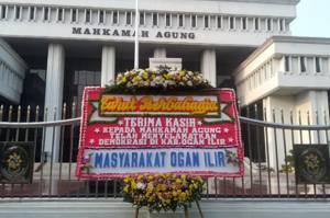 Karangan Bunga Telah Selamatkan Demokrasi Terpampang di Gedung MA