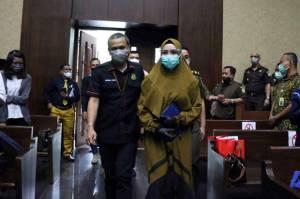Tersandung Kasus Korupsi, Gaya Busana Pun Mendadak Berubah