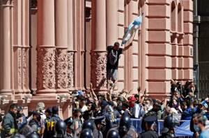 Ribuan Pelayat Beri Penghormatan Terakhir untuk Maradona