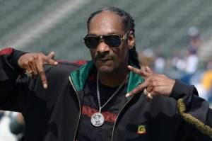 Rapper Snoop Dogg Nikmati Ganja di Panggung Saat Ramaikan Duel Mike Tyson vs Jones Jr