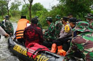 Ketika Panglima TNI Hadi Tjahjanto Menerjang Banjir di Liang Anggang