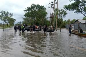 Prajurit Marinir Turun Tangan Bantu Tangani Banjir Kalimantan Selatan