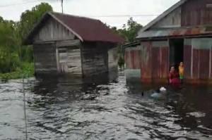 Salut, Prajurit Kopaska Berenang Salurkan Bantuan ke Daerah Terisolir di Kalsel