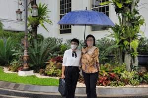 Satu Payung Berdua, Sri Mulyani dan Menlu Retno Nostalgia Masa SMA 3 di Semarang