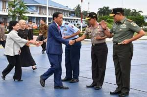 Bertolak ke DIY, Jokowi Tinjau Vaksinasi dan Resmikan Kereta Listrik