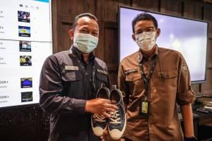 Pegawai Protokolernya Tidak Bisa Mudik, Sandiaga Uno Hadiahkan Sepatu Kesayangannya