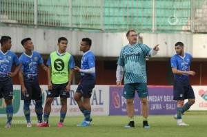 Pelatih Persib Komentari Keuntungan PSS Main di Kandang