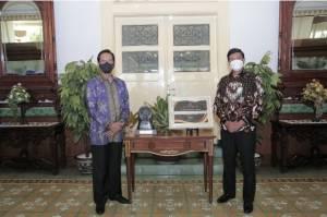 BPJS Ketenagakerjaan Serahkan Piala Paritrana Awards 2020 kepada Gubernur Daerah Istimewa Yogyakarta