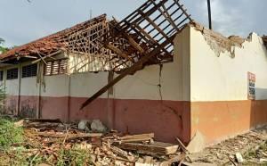 Bangunan Tak Layak, Sekolah di Karawang Kembali Roboh